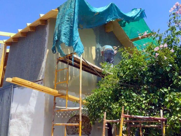 Día 31 - Enfoscando las placas con cal hidráulica para impedir el secado demasiado rápido