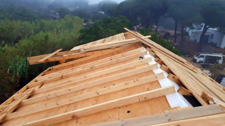 Días del 27 al 48 - (30 al 48) Paralelamente al techo, se instalan listones de 10 x 5 cm para distancia de aislamiento con corcho granulado
