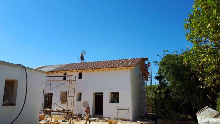 Días del 27 al 48 - Foto de lejos terminando la impermeabilización del techo